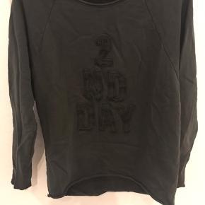 Sweatshirt med et råt forvasket look . Str er udvasket men vil mene den er str m. Tryk på køb nu.