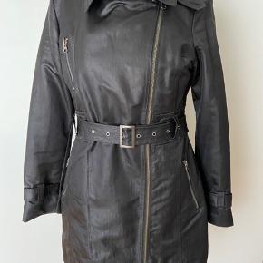 """Super flot jakke/frakke god som overgangsjakke i flot """"coated"""" materiale.  Fin stand.  Mål: Bryst: 2x54 cm - længde: 86cm.  Materiale: 60%polyamid - 40% polyester.  Røgfrit hjem.  Bytter ikke."""