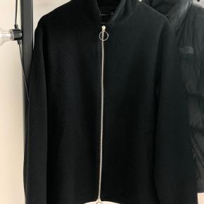 Super lækker jakke med tovejs lynlås. Lidt stor i størrelsen.