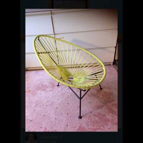 I rigtig pæn stand, har kun stået på pigeværelset. bonusoplysningerne: Acapulco mini stolen er produceret og håndlavet i Mexico under ansvarlige forhold og uden brug af skadelige stoffer. Den er også anvendelig til udendørsbrug, idet strengene er lavet af blødt og komfortabelt PVC-plast med UV-filter. Den er robust som bare pokker og nem at vedligeholde.  Rart at vide Alder: Fra 2-10 år Størrelse: H:62 B:57 D: 70cm Materialer: Stel i galvaniseret og pulverlakeret, massivt, mat stål. Strenge i PVC-plast, som er fri for ftalater og tungmetaller og med UV filter. Designer: Jacob Fasting Andersen og Kirsten Krogh fra OK Design