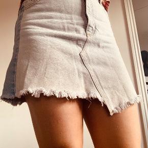Tofarvet nederdel med rå kanter og skæv forside