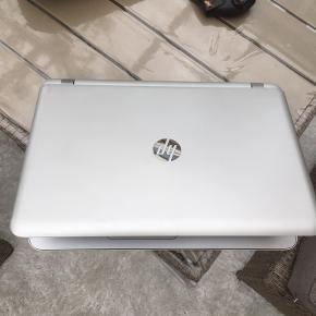 hp pavillon 17-g154 no . Kan bruges til spil mm. Super fin og hurtig hp med amd a10 quad core prosessor ,12 gb ram og 1000 gb hybrid disk med 8 gb ssd .2 gb ddr3 grafikkort radeon R8 .17 tommer led skærm .b&o lyd. Windows 10 Pro .batteritd ca 2 timer .oplader medfølger