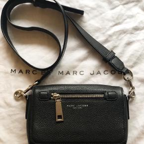 Marc Jacobs recruit crossbody, måler 20x15 cm med sølv detaljer. nærmest ubrugt  Pris 1300 kr.  Skriv endelig ved flere spørgsmål  Se også mine andre annoncer 😊