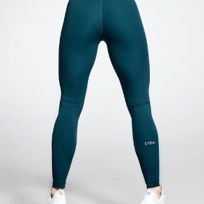 Der er en lille fejl ved syningen på buksen, hvor den ser lidt anderledes ud. Er aldrig brugt og smør-bløde 😍