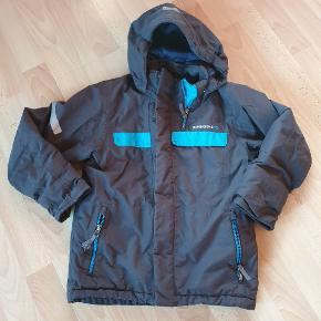 Ny pris 900 kr. Snefang samt ærmer der kan forlænges, så jakken kan bruges længere.