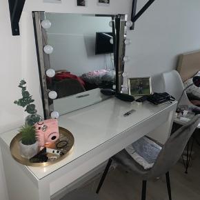 Makeupbord med spejl og lys til