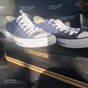 Har har dem på 4-5 gange men de er et halvt nr for små. 😅   Der er lidt små sorte streger på det hvide af skoene ellers er de helt fine og velholdte. 😊