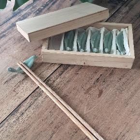 6 fine spisepinde + bladholder i grøn glaseret porcelæn.  Inklusiv fin træ æske med 6 rum til bladene :)