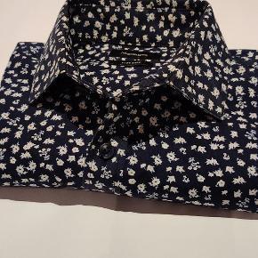 Langærmet skjorte fra Matinique. Dyb mørkeblå med små hvide blomster.