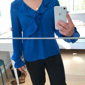 Lækker blå bluse/skjorte med detaljer fra Gina Tricot. Str. 36. Aldrig brugt