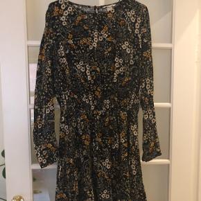 Smuk kjole med smock elastik detalje i taljen. Brugt 1 gang. Str.42. Nypris 179,- sælges for 100,-
