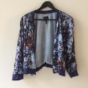 Blå-mønsteret, kort jakke i tyndt stof. Brugt meget få gange.