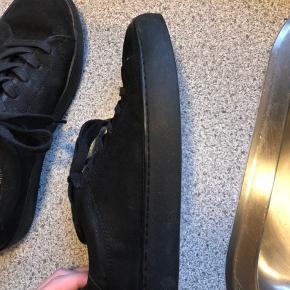 Brugt ca. 10 gange. Snørebåndene er lidt slidte, men ellers fejler skoene ingenting.  Køber betaler fragt