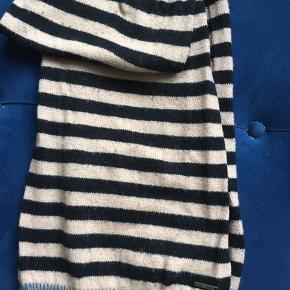 Lækker stribet -sort/beige/grå halstørklæde i uld blanding- 50% uld, 50% bomuld, blød og varm. Brugt få fange.