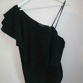 Super fin sort one-shoulder top med flæse fra Designers Remix. tætsiddende til kroppen.