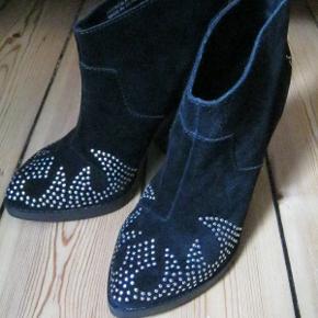 Varetype: NYE Cowboystøvler i Ruskind m nitter Ankelstøvler Skindstøvler Farve: Sort Sølv Købspris: 1499 kr.