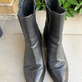 """Sælger mine Alexander Wang """"Anouck"""" støvler da jeg ikke får dem brugt nok.   - Ny pris 4.800 kr. - Sælges for 2.500 kr.  - Brugt max 20 gange - Sort læder med sølv plade ved hælen - Str. 39 (størrelsessvarrende)  BYTTER IKKE!   Køber betaler for porto og evt. TS gebyr!"""