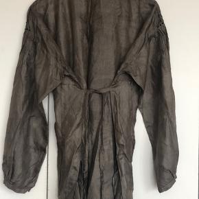 Super skøn sommer skjorte med massere af fine håndsyede detaljer af 100% silke.   Sælges da den ikke bliver brugt