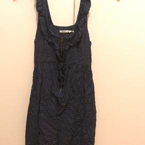 Fin lille kjole med hvide prikker og lynlås foran.