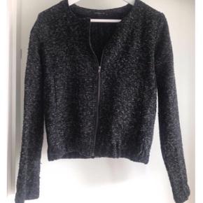 Overgangjakke/blazer jakke Fra modstrøn i sort/grå  God til hverdagsbrug, kjoler, nederdele osv.  Str s, brugt en gang  Nypris 599kr