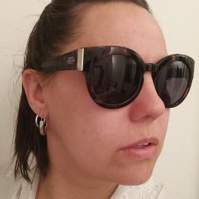 Cheap Monday Solbriller model: Chunky Cat Dark Turtle. Kun prøvet på men aldrig brugt så ingen ridser.  Kom med et bud, så finder vi en løsning 👌🏻