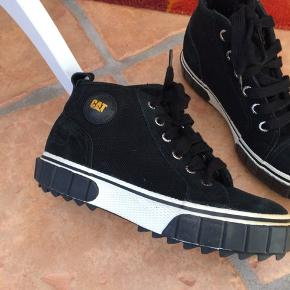Skoene er af mærket Caterpillar - i sort lærred - helt nye og ubrugte.
