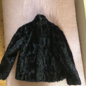Sort fake fur jakke fra Sofie Schnoor. Brugt under 5 gange. Køber betaler porto