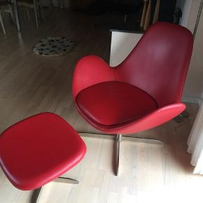 Flot rød lænestol i læder. Nypris er mellem 7-8000 kr. Har mest bare stået til pynt.  Sælges for mine forældre som bor på Bornholm. Stolen befinder sig på Bornholm, så det er ikke muligt at se stolen lige nu og her.  Kan leveret i Storkøbenhavn efter aftale.