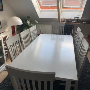 Hvidt spisebordsæt med 8 stole og 2 tillægsplader.  Bordet har lidt brugtridser.  Stolene har brugsslidtage på malingen, det giver dem et mere råt udtryk.  Mål: Højde: 75 cm Mål uden tillægsplader: 180x90 Mål med 1 tillægsplade: 225x90 Mål med 2 tillægsplader: 270x90