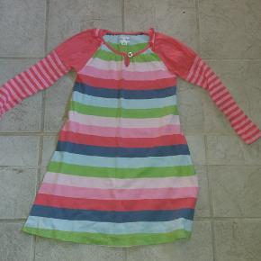 Sød kjole. Er vasket en del gange - så farverne er ikke helt klare mere. Men ellers i pæn stand