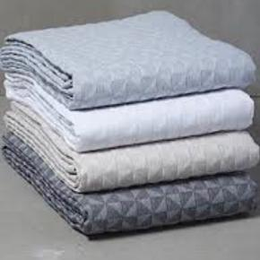 Mette Ditmer blåt sengetæppe der passer til 120/140 seng (mål 240x250cm) Nærmest perfekt stand, brugt lidt on/off i et par måneder.