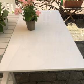 Flot Hvidt smalt spisebord med stålben. Mål: Længde 120cn- brede: 62cm -højde: 75 cm