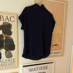 Sælger denne fine silke T-shirt med høj hals i farven mørke blå. Brugt en enkelt gang
