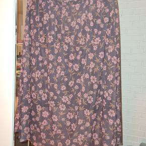 Sød nederdel med lidt længere yderskørt  Fejler intet