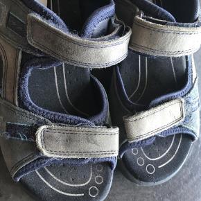 Varetype: Sandaler Farve: Blå Prisen angivet er inklusiv forsendelse.  Er egentlig ikke brugt ret meget, men er falmet i farven, sælges derfor til 100 pp