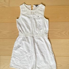 Sælger denne kjole fra Tommy Hilfiger i str 11-12 år. Den er kun brugt en gang.