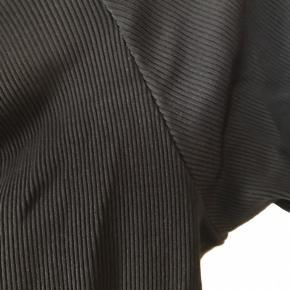 Stram kjole fra H&M trend med bådudskæring i strækstof (rib). Længde er midt på låret. Passer str 36-38