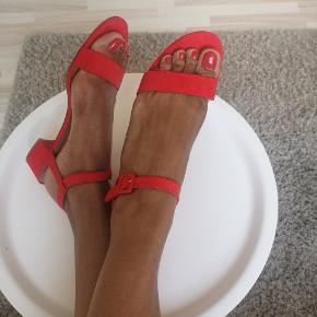 Flotte røde only sandaler.  Som nye at se på.  Imiteret ruskind