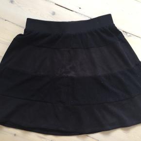 Gestuz nederdel i imiteret ruskind. Elastik i taljen og a-line.