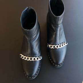 Flotte støvler fra Sofie Schnoor med Givnechy inspireret design. Brugt men i pæn stand (har enkelte ridser i skind).