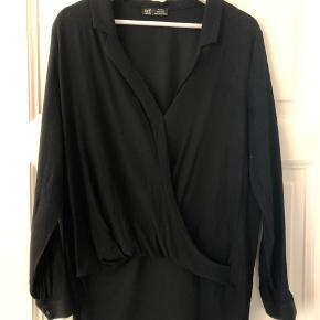Bluse/skjorte fra Zara med drapering foran. Længere bagtil.   #30dayssellout
