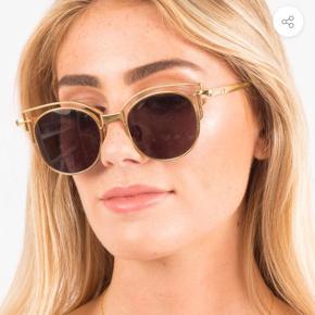Valley Eyewear model ADDC III er super lette i titanium stel og 'cut-outs' med runde glas - og naturligvis med fuld UV beskyttelse. Valley Eyewear er kvalitets solbriller fra Australien og er bl.a. favorit brand for Kat von D.  Retail pris ca. 1.800.- kr  - mulighed for meet up i KBH - kan sendes for købers regning (ca 60kr) - ikke interesseret i bytte - lavere bud besvares ikke