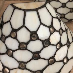 2 stk. væglamper fra Tiffany sælges. De er fra røg/dyrefrit hjem og i fin stand. B: 26 cm, H: 15 cm.  Sælges samlet for 600kr, bud modtages