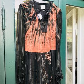 Smuk florlet Heartmade silke kjole  Str. 34 Np: 3500kr Main fabric: 93% silke 7% lurex  Lining fabric: 100% silke  Er åben for realistiske bud ☀️