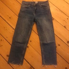 BDG-jeans fra Urban Outfitters. Modellen hedder Axyl. De er vistnok 30/30 i størrelsen ☺️ Med flosset kant for neden.