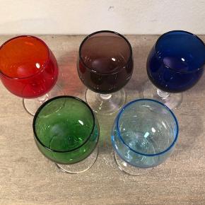 """Virkelig fine små glas i fem farver ♥️🌸 Højden er 7,5 cm og diameter er 4,0 cm  Jeg pakker forsvarligt, men jeg erstatter ikke, hvis DAO har """"kastet"""" med pakken.   Ellers kan de afhentes ml Stevns og Frederiksberg efter aftale."""