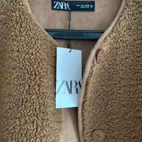 Fake teddy/rulamsfrakke fra Zara. Aldrig brugt. Købt sidste år.