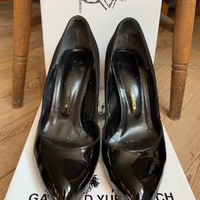 Smukke Gaspard Yurkievich pumps. Brugt få gange og i god stand. Der medfølger original æske og dust bag.