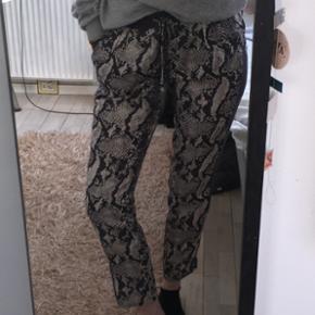 Sælger disse lækre trousers fra neo noir i str. L. Er lille i størrelsen så ville også fint passe en str S.