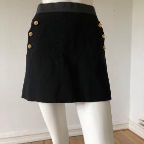 Så smuk nederdel fra 3.1 Phillip Lim.  Brugt, ikke som ny, men uden huller eller pletter.  Lavet af uld Med underskørt i silk.  Altid på mode, altid smuk.  Str M. Med elastisk i taljen.  Byttes ikke.